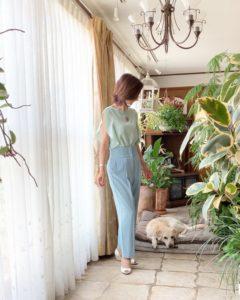 グリーンのトップスととブルーのパンツ、愛犬ソニアも一緒に